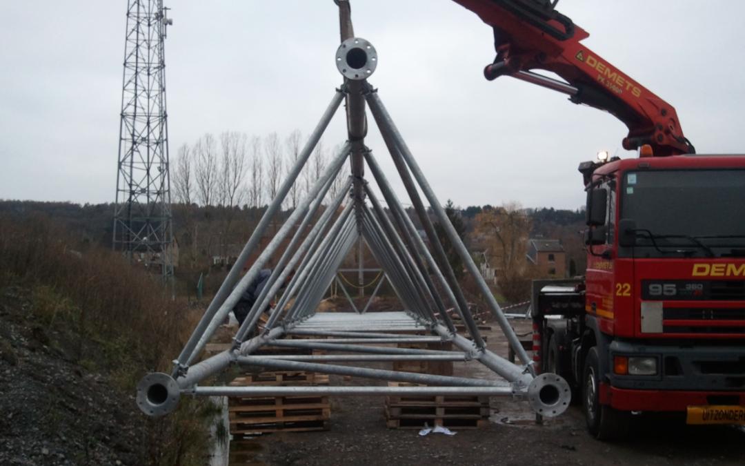 Travaux de montage avec camion-grue d'un pylône de GSM