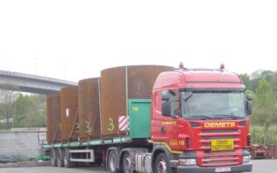 Transport avec semi-remorque plateau-surbaissée 13.60 m de tuyaux avec un diamètre de 2.75 m x 3.00 m de hauteur