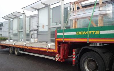 Transport avec semi-remorque surbaissée d'abri-bus