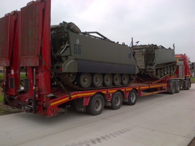 Transport met dieplader uitgerust met laadrampen van 2 tanks