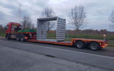 Transport met lage dieplader van een metalen constructie
