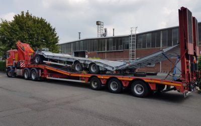 Transport met dieplader uitgerust met dubbele laadrampen van een aanhangwagen