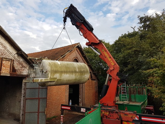 Treatment of a gas tank with a crane truck