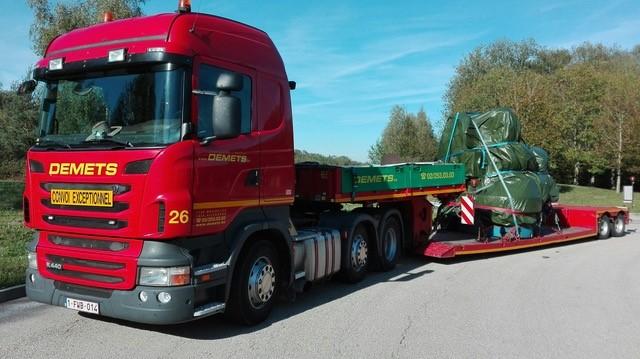 Transport met lage dieplader van een machine 3.60 m hoogte