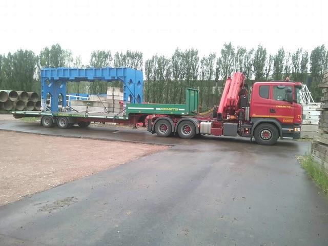 Transport met dieplader van 2 metalen constructies 7.5 m x 1.0 m x 3.00 m hoogte