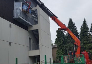 Installation with a crane truck of a balcony
