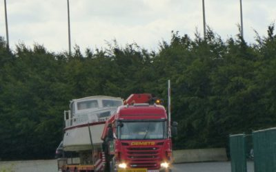 Transport with crane semi-trailer 75 up to and including a boat