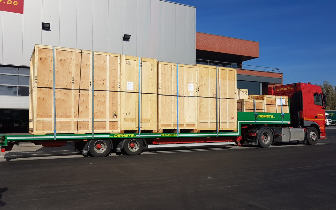 Transport van kisten met dieplader