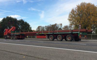 Transport met uitschuifbare plateau-oplegger van metalen balken tot 18.00 m