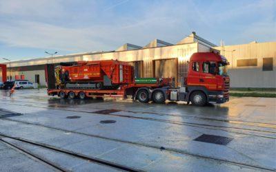 Transport d'une machine de 20 T, avec semi-remorque équipée de rampes de chargement