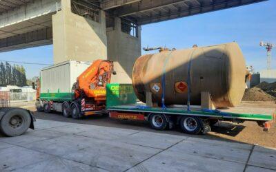 Transport met kraanvrachtwagen + aanhangwagen van een container en citerne