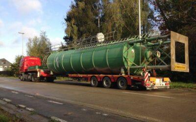 Transport met uitschuifbare dieplader geladen met silo